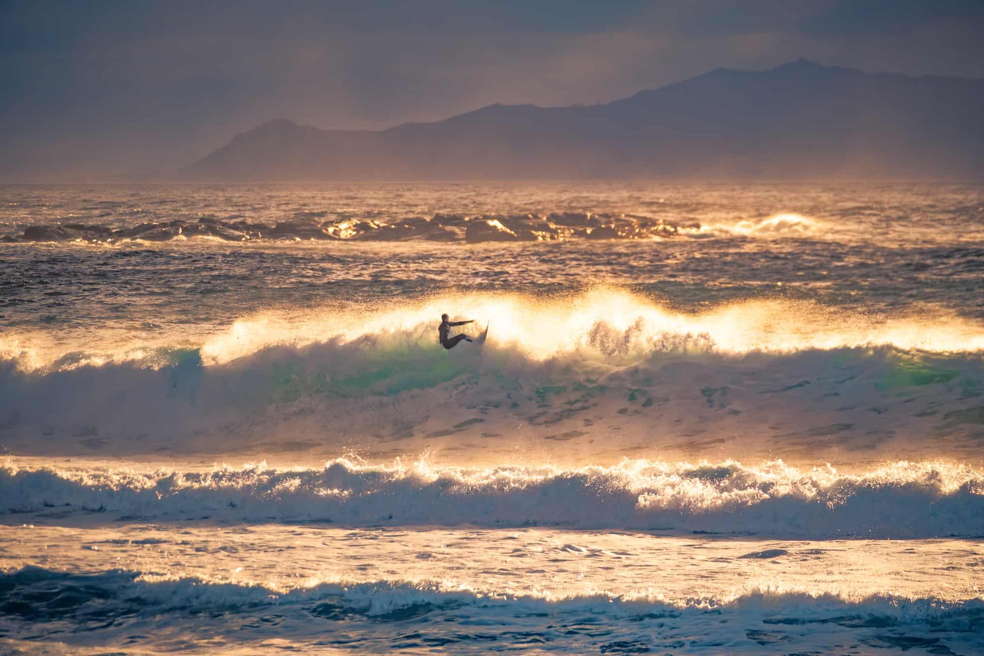 Surfer på bølge i Ålesund