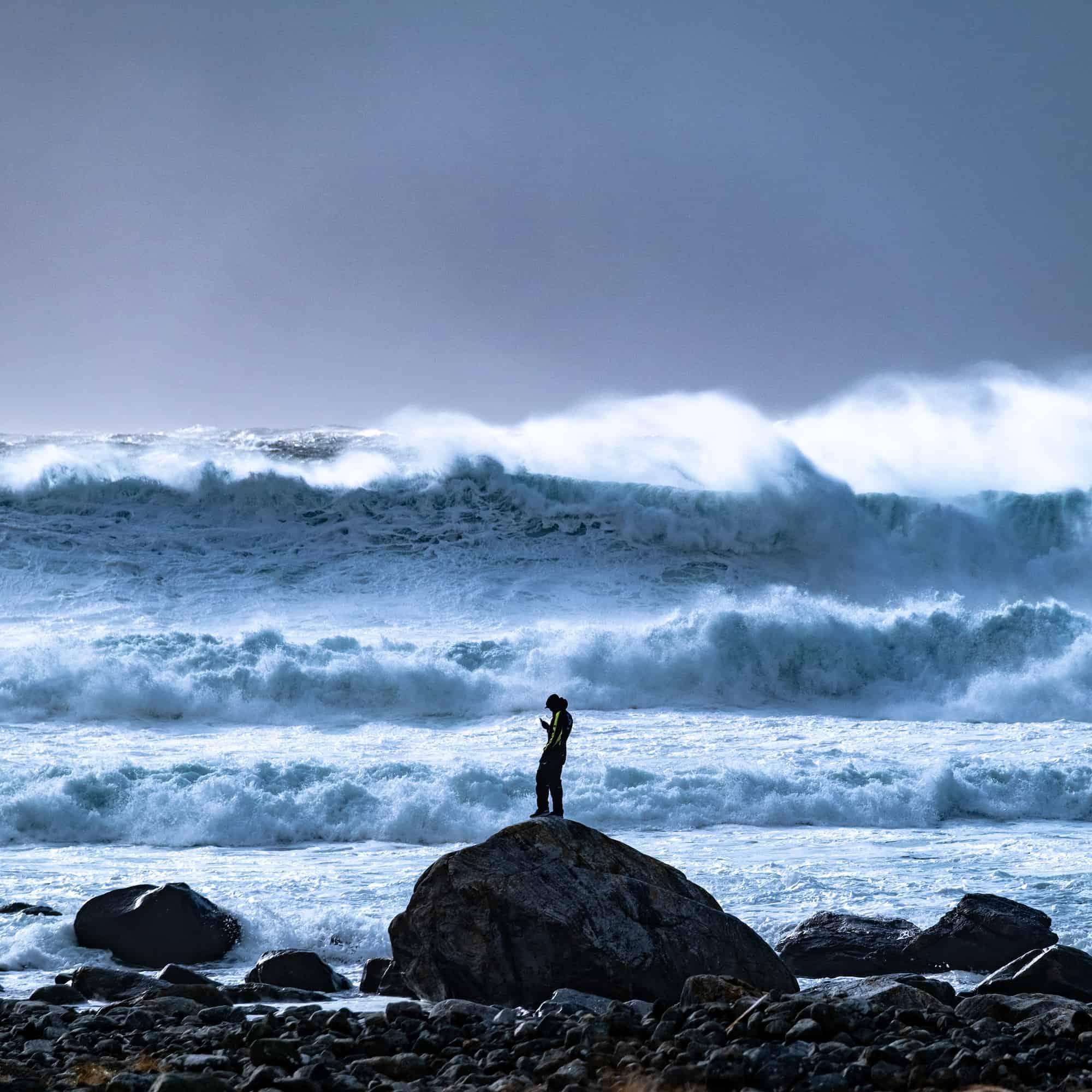 Store bølger når man surfer i Ålesund