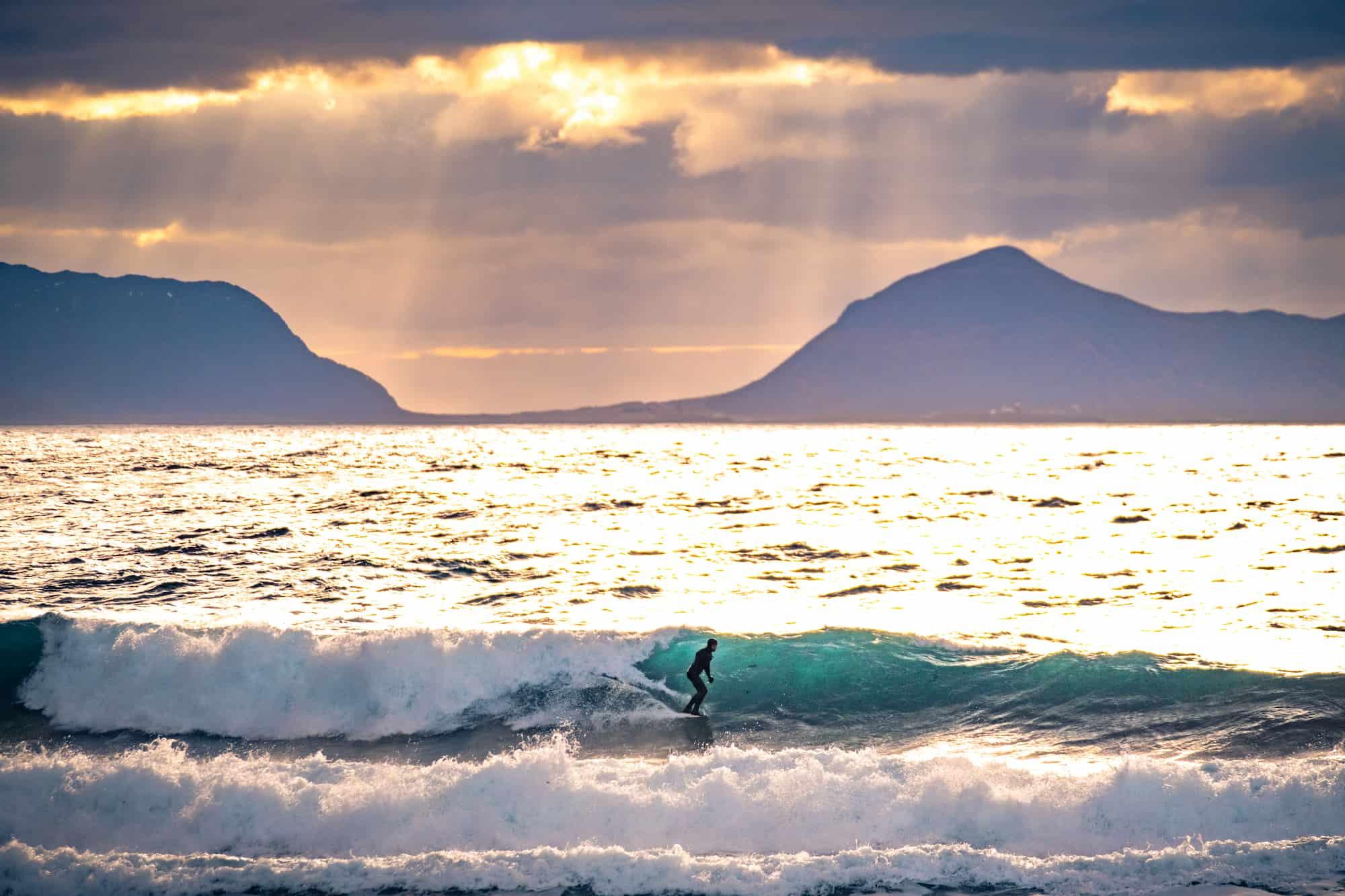 Fra Skedsmokorset til sjøs – surfing i Ålesund