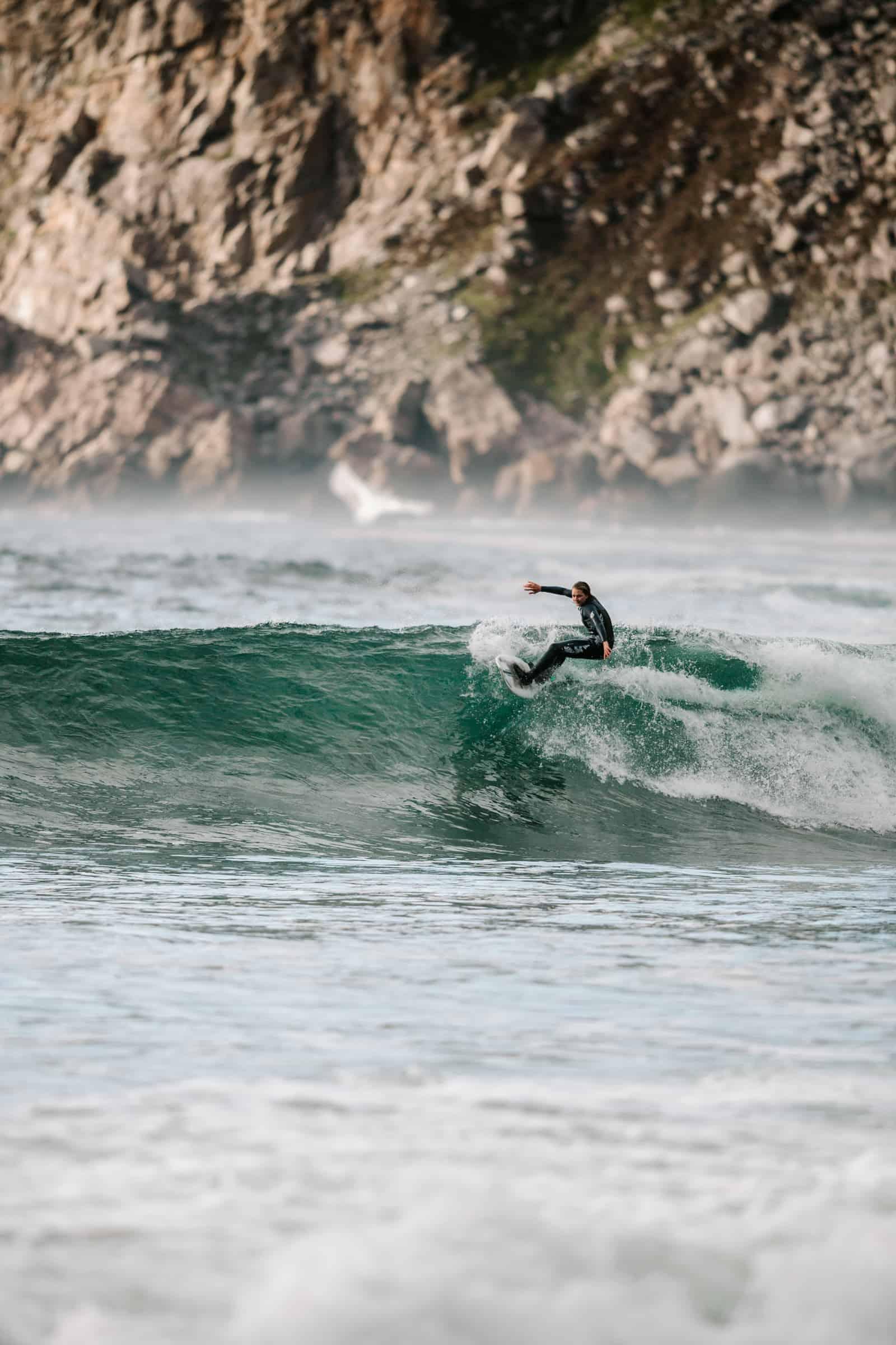Heidi Neerbye, fra øst til rå surfing i vest. Foto: Saltnwax